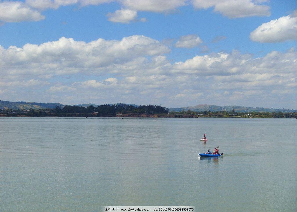新西兰海滨风景 蓝天 白云 远山 绿树 大海 海水 游人 皮划艇 休闲