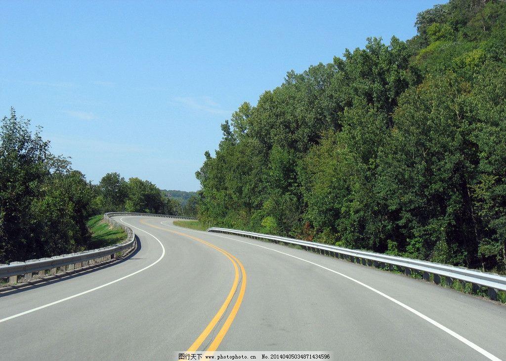 蓝天白云树木高速公路图片