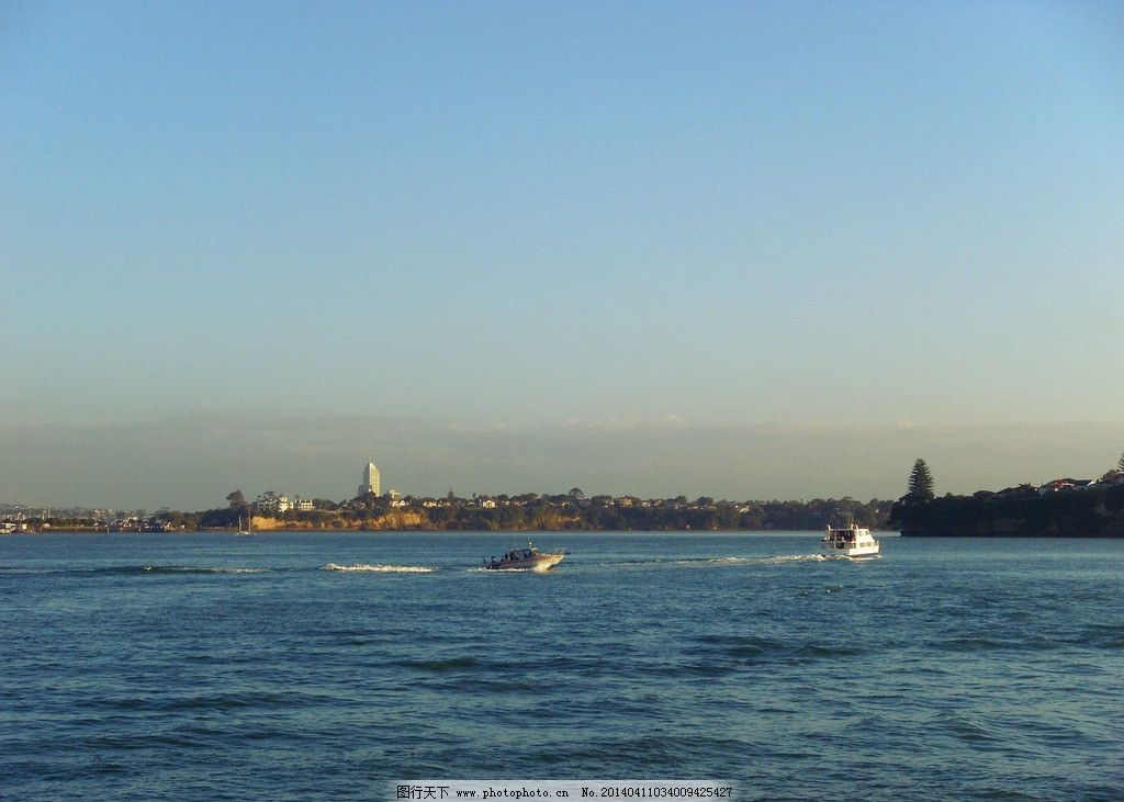 新西兰海滨风景 蓝天 白云 远山 绿树 建筑 大海 海水游艇 汽艇