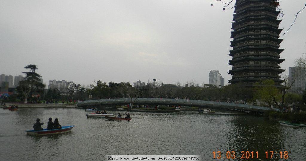 常州红梅公园湖光塔影图片