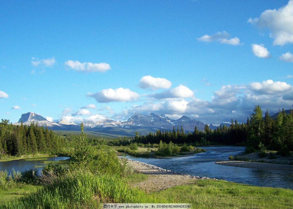 蓝天白云草地树木湖图片