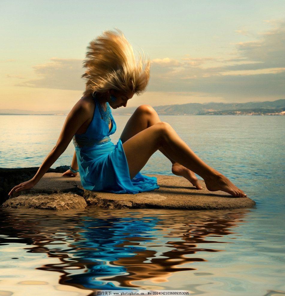 海边的蓝衣女子图片