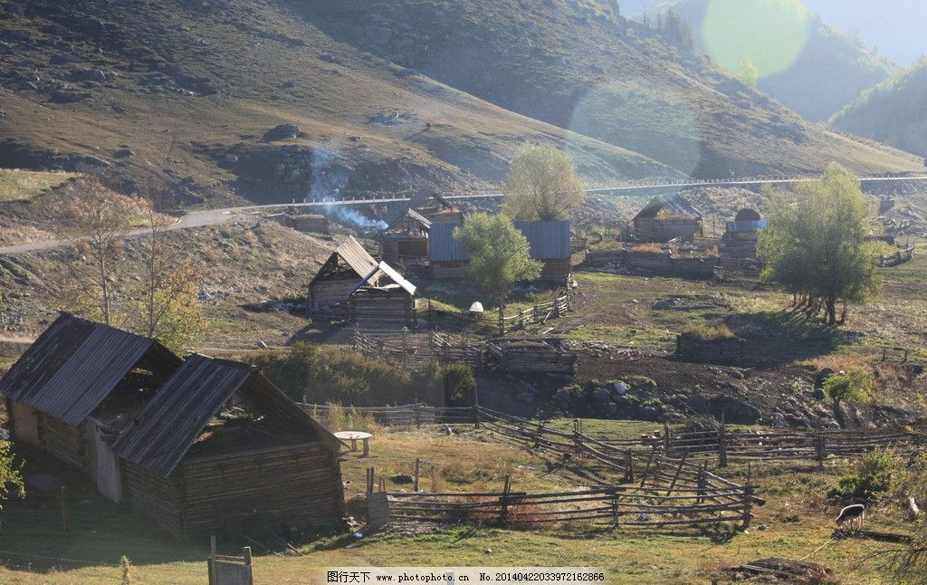 牧场 木屋 羊圈 草坡 公路 炊烟 国内旅游 旅游摄影 摄影 72dpi jpg