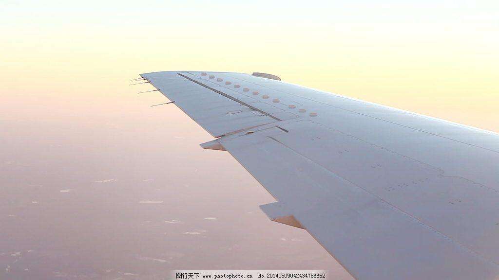 瑰丽霞光与飞机的机翼