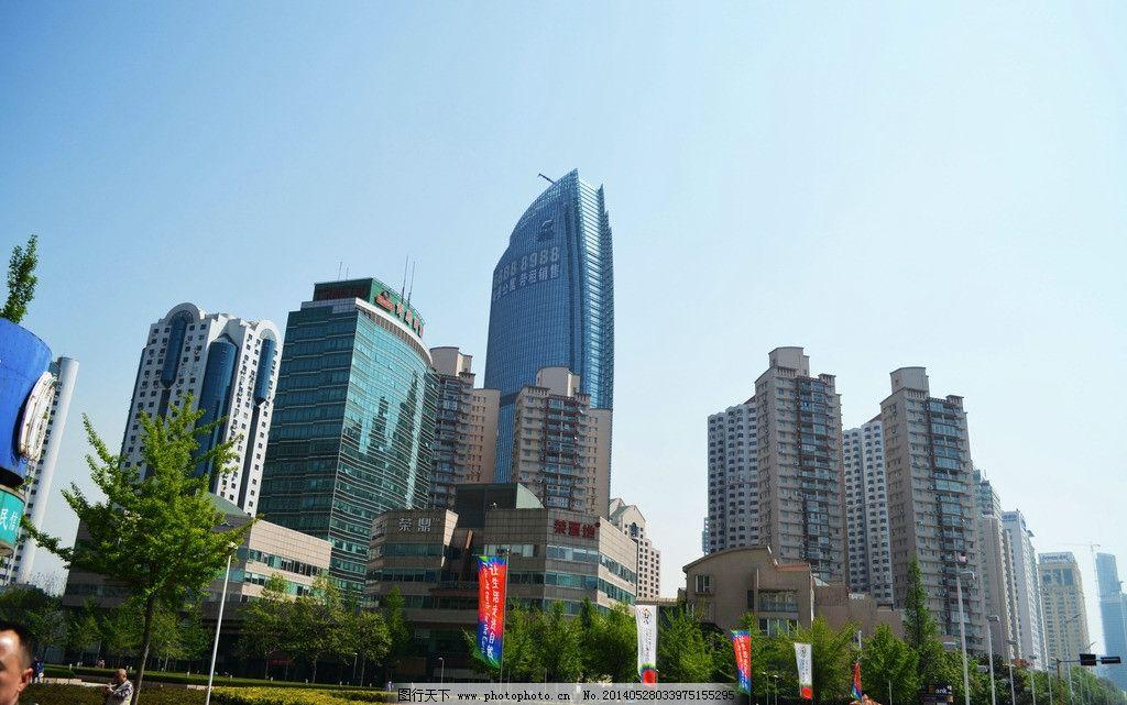 青岛风光 高楼 树木 路灯 绿化带 行人 蓝天 国内旅游 旅游摄影 摄影