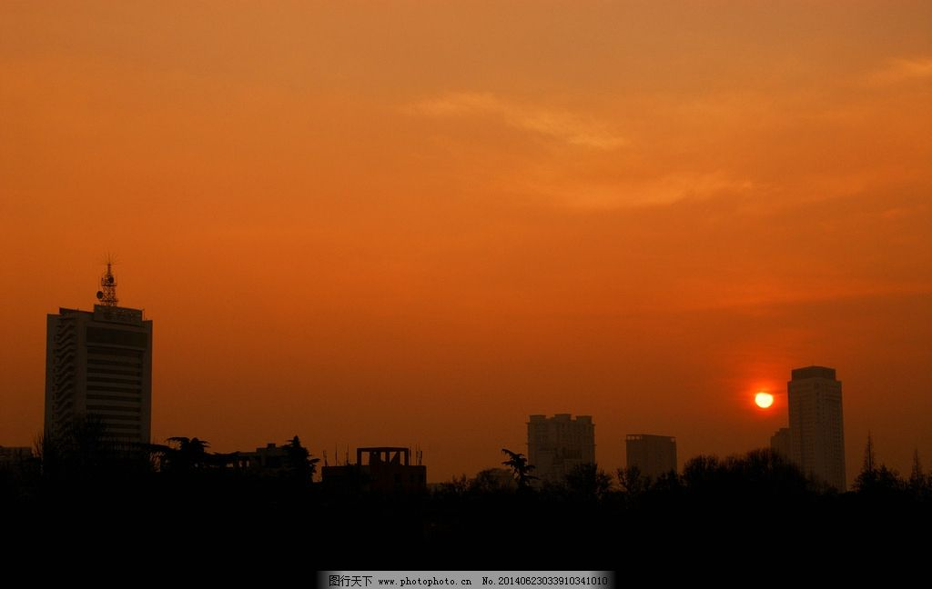 城市黄昏 黄昏 落日 夕阳 晚霞 金色霞光 城市 高楼 建筑 大树 剪影