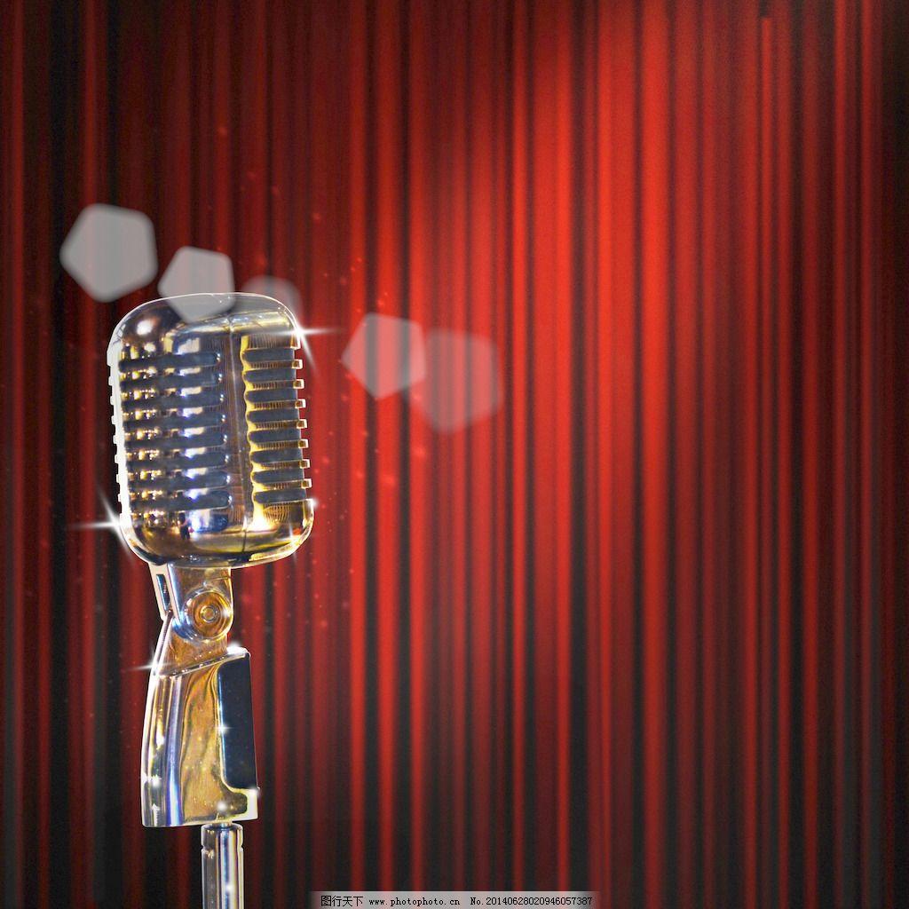 复古麦克风和红色的窗帘